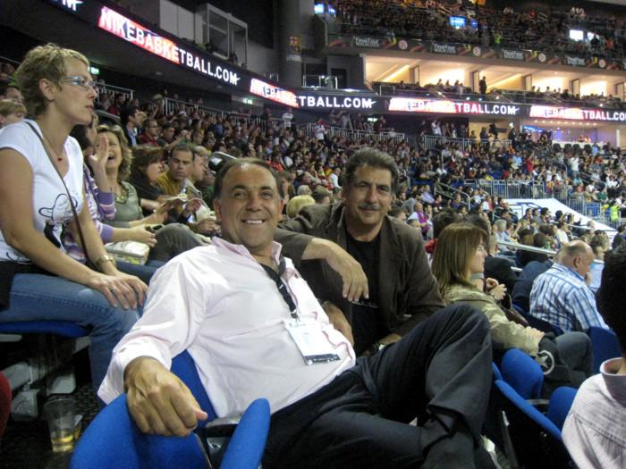 Huevo Sánchez  Con Manolo Flores (Director de Scouting del Barcelona)  Album: Euroliga 2009  Dimensiones: 700x525